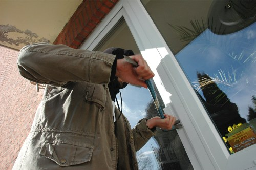 Einbrecher steigen gerne durch die Terassentür ein.